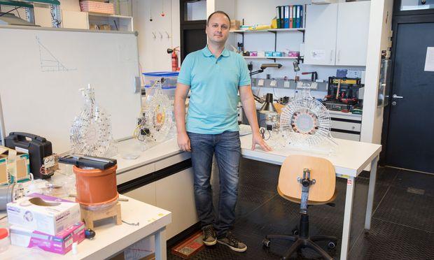 Er war gerade in Japan im Labor, als in Fukushima die Erde bebte. Seit 2014 forscht er wieder an der Uni Linz. [