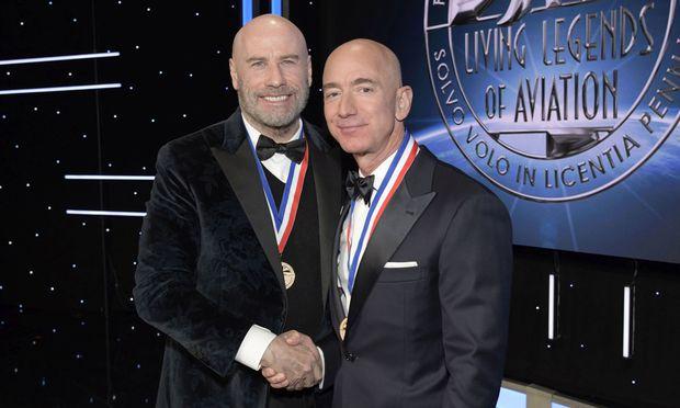 Schauspieler, Filmproduzent und Pilot John Travolta (l.) mit Amazon-Gründer Jeff Bezos bei der Award Ceremony Living Legendes of Aviation am 18. Jänner 2019 in Los Angeles.
