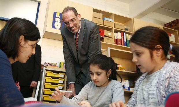 Bildungsminister Heinz Faßmann (ÖVP) besuchte nach der Präsentation der Deutschklassen eine Volksschule in Graz.  / Bild: (c) BUNDESKANZLERAMT/DRAGAN TATIC