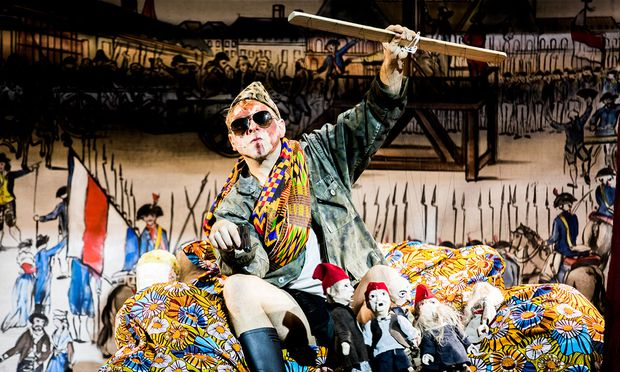 Florian Köhler lässt die Puppen tanzen. Er spielt Galloudec, einen Bauern als Revolutionär.