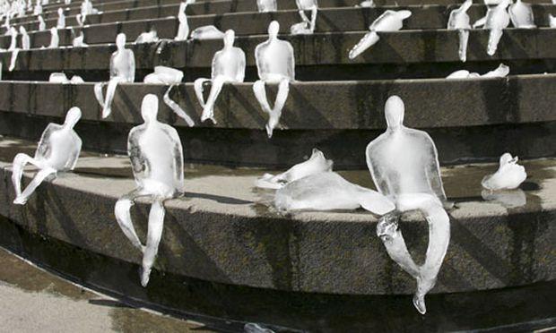 Schmelzende Figuren aus Eis