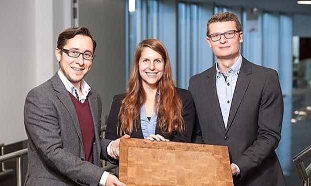 Teammitglieder Lukas Nohynek, Julia Langer und Axel Kucher mit ihrem HackStock.