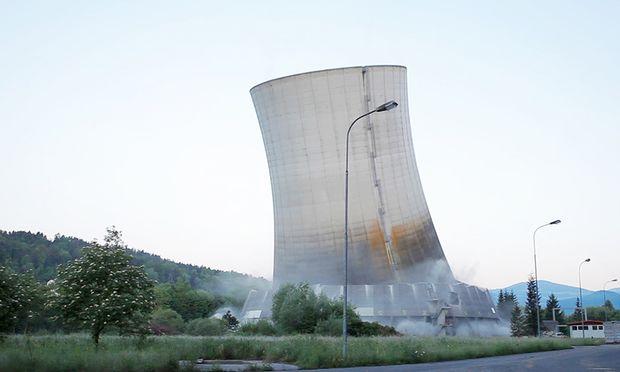 Der Turm wurde nicht gesprengt, sondern mithilfe eines Stahlseils quasi umgerissen..