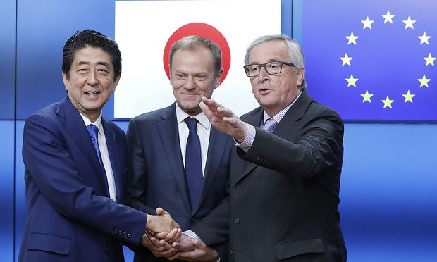 Japans Premier Shinzo Abe mit EU-Ratspräsident Donald Tusk und Kommissionspräsident Jean-Claude Juncker. / Bild: (c) REUTERS (Yves Herman)