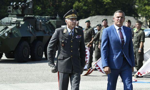 Robert Brieger und Verteidigungsminister Mario Kunasek