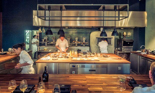 Intim. 16 Plätze rund um die Küche: Aufmerksamkeit ist gefordert.