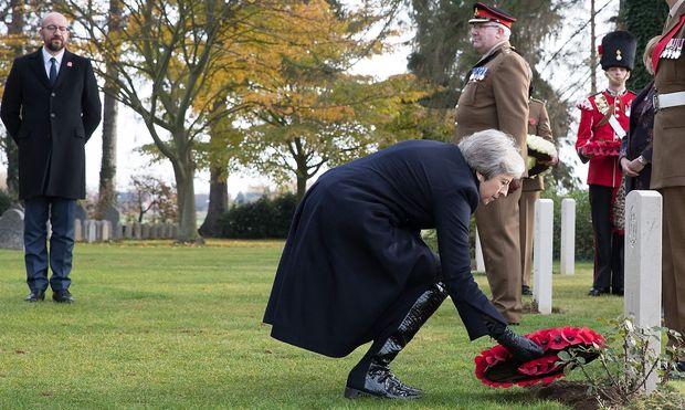 Die britische Premierministerin Theresa May und Belgiens Premier Charles Michel (links hinten) auf dem britischen Soldatenfriedhof Saint-Symphorien nahe Mons (Südbelgien).