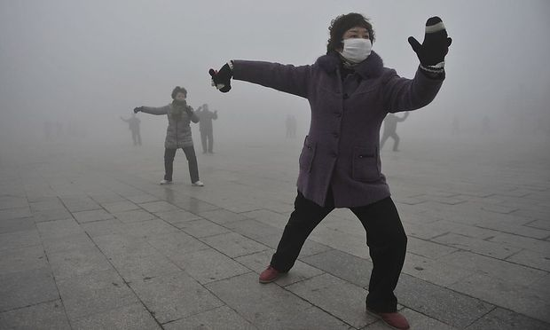 In Fuyang gehgen diese Damen ihren morgendlichen Übungen nur mit Atemschutzmaske nach.