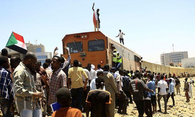 Die Menschen im Sudan demonstrieren weiter friedlich vor dem Militärhauptquartier in Khartum.