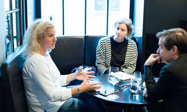 Ana Roš bei ihrem Wien-Besuch im Restaurant Konstantin Filippou im Interview mit Karin Schuh und Rainer Nowak (von links).