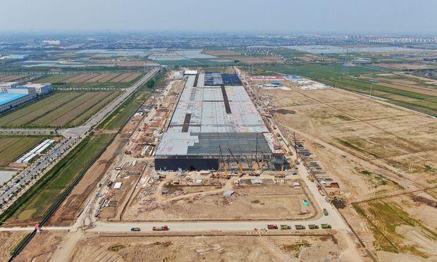 Auch Elon Musk widmet sich dem Thema Stromspeicherung. Im Bild der Bau seiner Gigafactory in Shanghai.