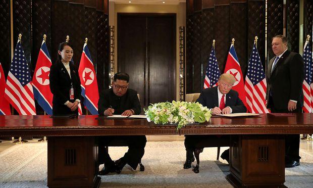 Trump und Kim in Singapur: Unterschrift mit goldenen Kugelschreibern.