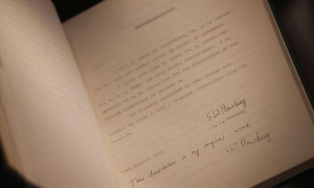 Die 117 Seiten wurden von seiner ersten Frau Jane getippt, doch hatte Hawking sie handsigniert.