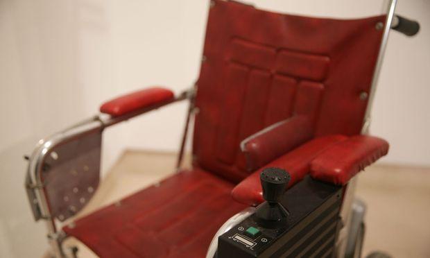 Der erste Rollstuhl des Physikers wurde für umgerechnet 320.000 Euro versteigert.