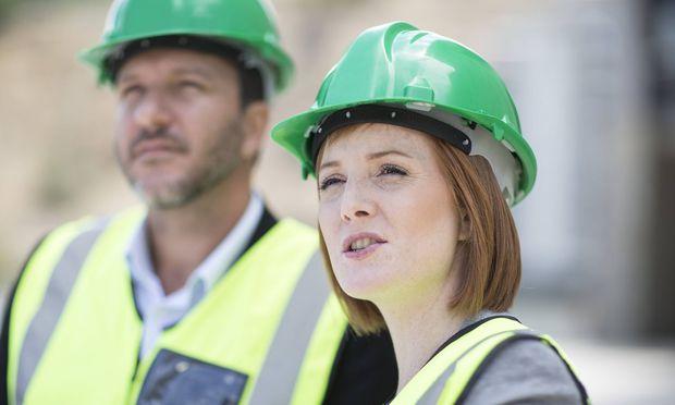 Neben technischem Wissen sind für Bauleiter auch Führungsskills gefragt.
