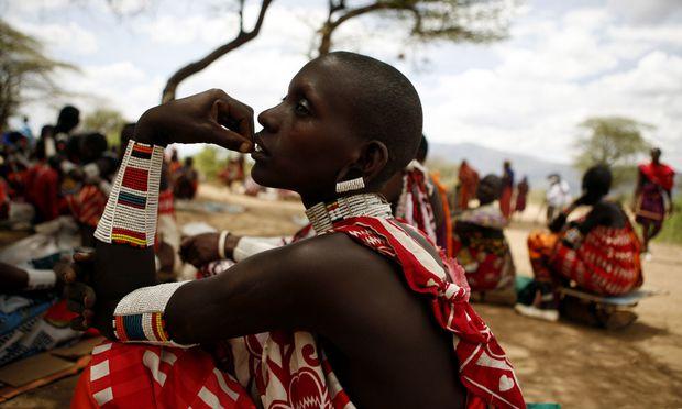 Eine Massai-Frau in Kenia trägt traditionellen Schmuck. Die meisten Ethnien in dem ostafrikanischen Land kennen die weibliche Genitalverstümmelung.
