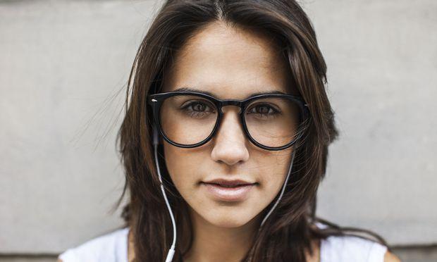 Ein symmetrisches, junges Gesicht empfinden wir als schön und sehen es damit positiver.