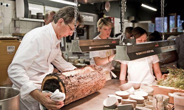"""Holz. Ebenfalls Thema """"Schindelfisch"""": eine Essenz aus Fisch, Holz und Pilzen, geschöpft aus dem Lärchenholzstamm."""