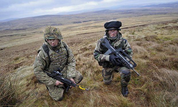 Britischer (li.) und französischer Soldat bei Manövern in England, Jänner 2014
