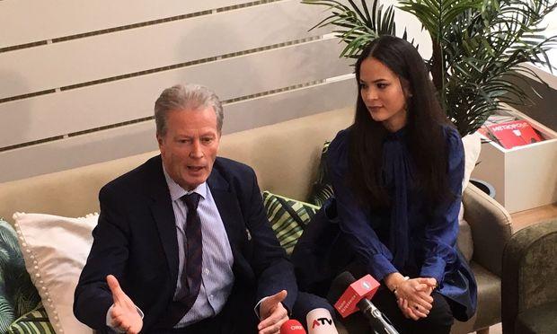 Wirtschaftsminister Reinhold Mitterlehner mit Beauty-Salon-Betreiberin Katja Wagner