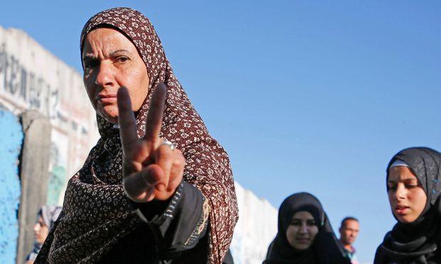 Palästinensische Frauen bei einem Checkpoint bei Jerusalem: Besonders die Jüngeren werden langsam immer selbstbewusster.
