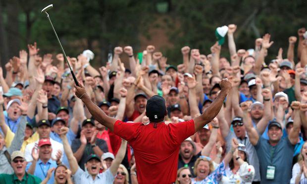 Der Kreis schließt sich: Tiger Woods jubelt in Augusta.