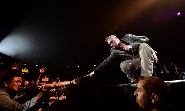 """""""All the young people, they must fall in love"""": Der heute 58-jährige, konsequent ohne Vornamen firmierende Morrissey – hier beim Kontakt mit seinen Fans – singt auf seinem neuen Album """"Low in High School"""" nicht nur über politisch Relevantes. Aber eben auch."""