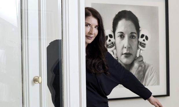 """Performance-Star Marina Abramovic, geboren 1946 in Belgrad, posiert in ihrer am Donnerstagabend eröffnenden Ausstellung """"Two Hearts"""" in der Wiener Galerie Krinzinger. / Bild: (c) Michèle Pauty"""
