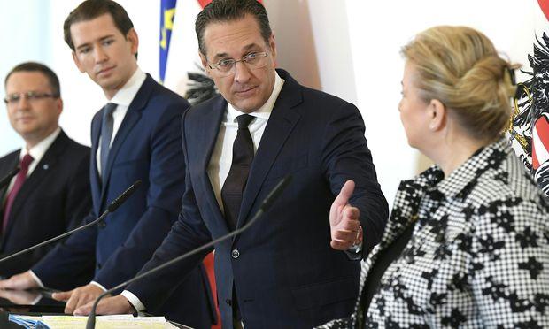 ÖVP-Klubchef Wöginger, Kanzler Kurz, Vize Strache und Ministerin Hartinger-Klein stellten den Bonus vor.