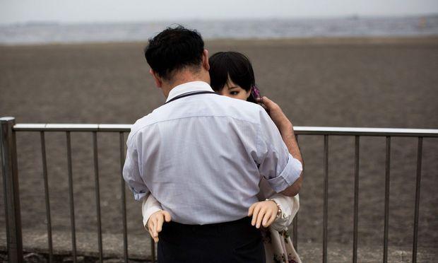 Liebe aus Gummi. Ein Mann umarmt in Tokio seine Sexpuppe Mayu. Bis zu 2000 solcher Puppen zum Preis von 6000 Dollar werden jährlich in Japan verkauft.