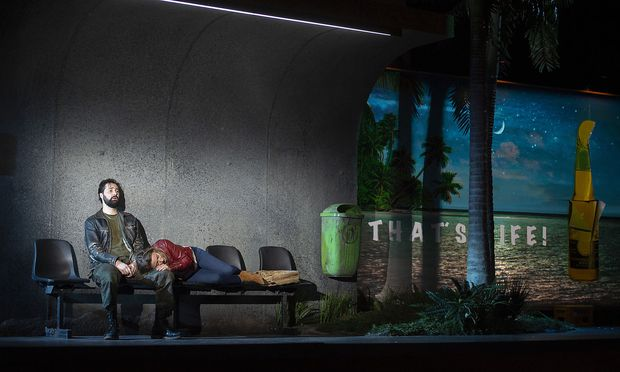 Poetische Tristesse: Orlando (Countertenor Christophe Dumaux) an einer abgefuckten Busstation mit animierter Bierwerbung.