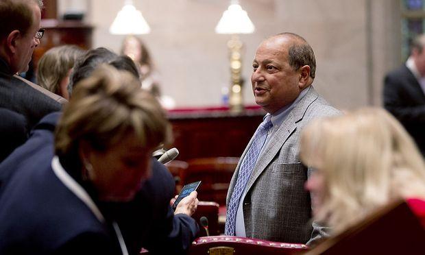 Der Vizechef deDer Republikaner Thomas Libous spricht mit Reportern vor der Senatssitzung am Montag.