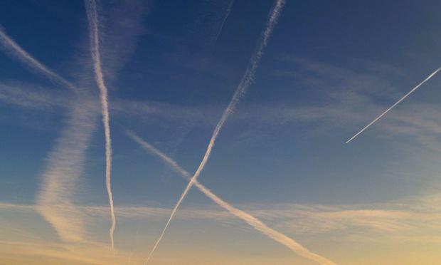 Flugzeugstreifen Am Himmel