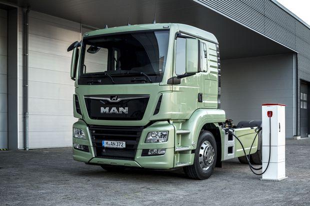 Auch ausgewachsene Lkw tanken bereits an der Steckdose. Die Reichweite von 100 km genügt für innerstädtische Lieferungen. / Bild: (c) MAN