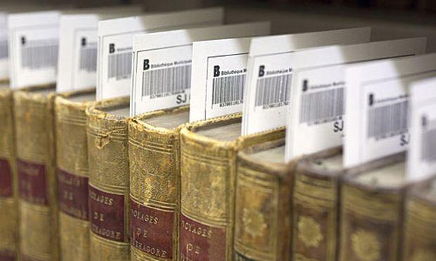 Jahre Eine Bibliothekarin ordnete