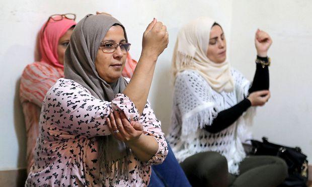 Ein sicherer Ort für Frauen. Syrische Flüchtlinge und Ägypterinnen nehmen im Büro einer UN-Agentur an einer gemeinsamen Yogastunde teil.