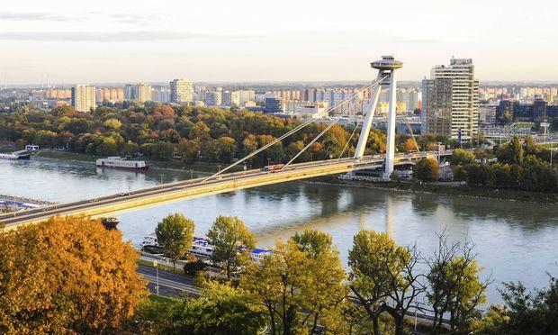 Über der Brücke des Slowakischen Nationalaufstandes schwebt ein Ufo – samt Gastronomie.