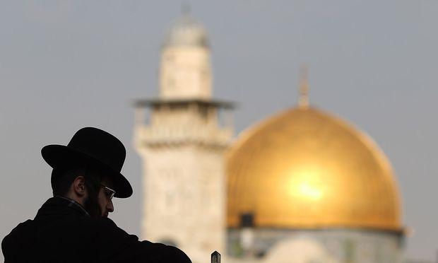 Ein Jude vor dem Tempelberg in Jerusalem.
