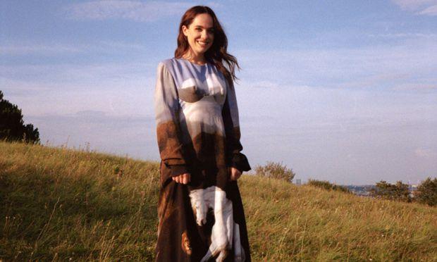 Kleid von Stella McCartney, Boots von Louis Vuitton.