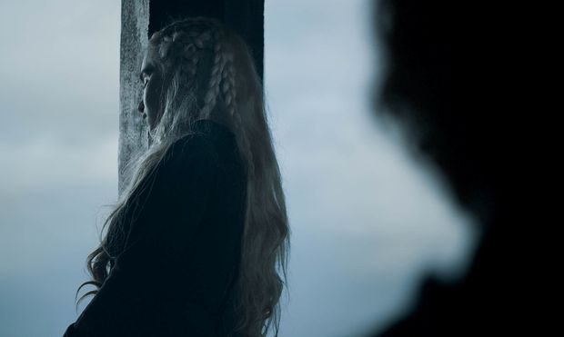 """""""Every time a new Targaryen is born, the gods toss the coin in the air and the world holds its breath to see how it will land"""", heißt es. Nun wissen wir, auf welche Seite Daenerys' Münze gefallen ist. / Bild: (c) HBO/Sky (Helen Sloan)"""