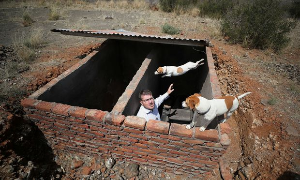 Bunker für Vorräte: Simon Roche, Sprecher der Suidlanders, zeigt sein Geheimversteck in der Nähe von Vanderkloof in der Provinz Northern Cape.