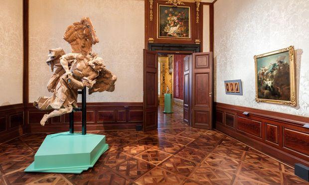 Einladung zum Zwiegespräch mit einem Engel im ersten Raum der Pinsel-Ausstellung im Winterpalais: Die überlebensgroße Figur, die hier schwebt, war ursprünglich weiß gefasst und entstand 1752–55.