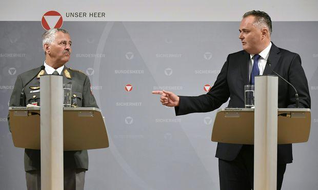 Airchief Karl Gruber (links) und Verteidigungsminister Hans Peter Doskozil verkünden das Ende der Eurofighter.