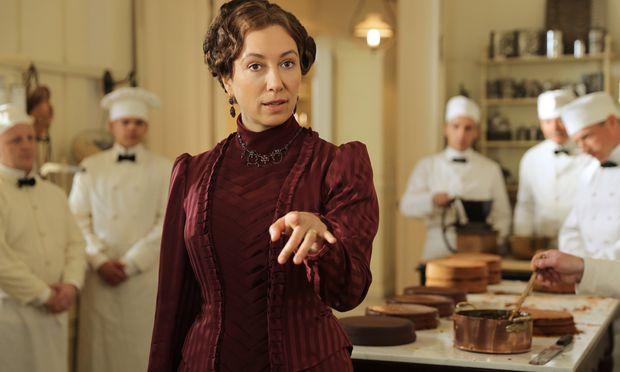 Ursula Strauss spielt Anna Sacher als selbstbewusste und einfühlsame Hotelmanagerin.