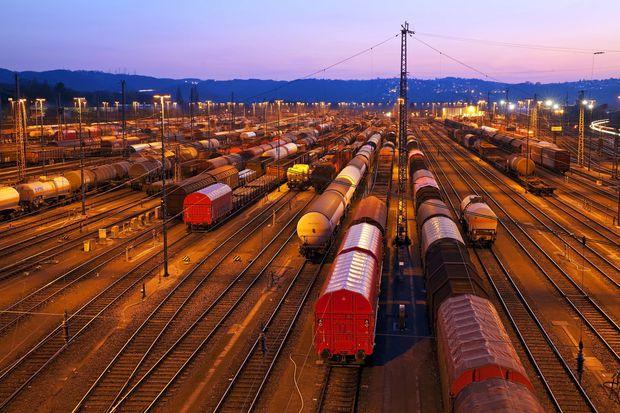 Auf dem Abstellgleis: Die politisch angestrebte Transportverlagerung auf die Schiene lässt sich mit Geld und Lkw-Schikanen allein nicht erzwingen.