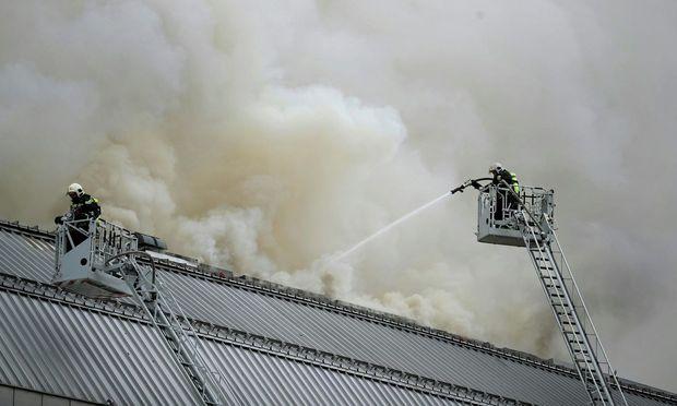 Rund 100 Feuerwehrleute waren im Kampf gegen den Brand im Einsatz.