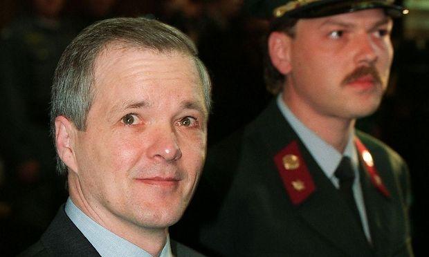 Schon 1974 wurde Unterweger (Bild: April 1994, beim Prozess in Graz) wegen Frauenmordes verurteilt. Im Gefängnis begann er zu schreiben, nach 16 Jahren kam er frei.