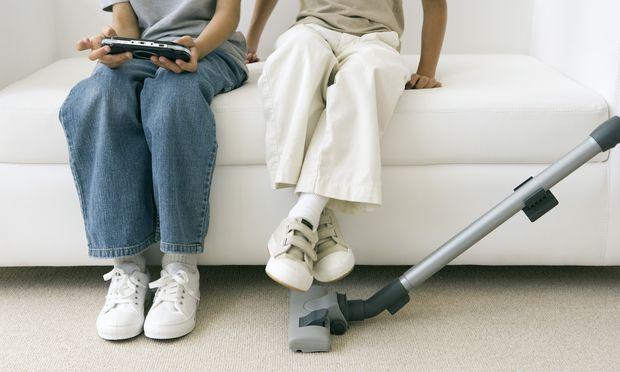 Erhebungen zufolge bekommen Buben fürs Staubsaugen mehr bezahlt als Mädchen, obwohl sie mehr Zeit mit Hausarbeit verbringen. / Bild: (c) Sigrid Olsson / PhotoAlto / pict (Sigrid Olsson)