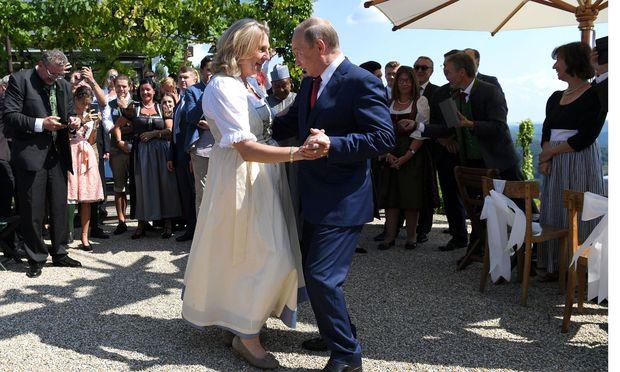 Die Braut und der Präsident. Karin Kneissl und Wladimir Putin beim Hochzeitstanz. / Bild: (c) REUTERS (POOL)