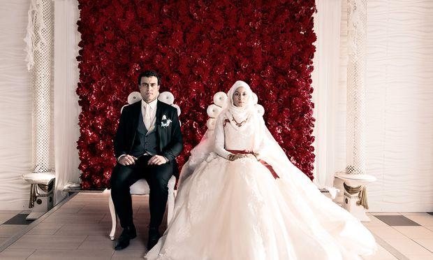 Mit 15 wird Aynur (Almila Bagriacik) mit ihrem Cousin in der Türkei verheiratet. Als dieser sie verprügelt, kehrt sie hochschwanger zurück.